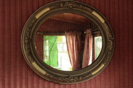 Lustro - najbardziej magiczny przedmiot w twoim domu. Służyło do wróżenia i spotkań ze zmarłymi
