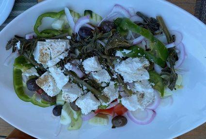 Grecka sałatka z Rodos z liśćmi kaparów