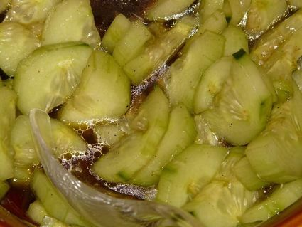Niezwykła sałatka z ogórków - pomaga przy obrzękach, podnosi odporność