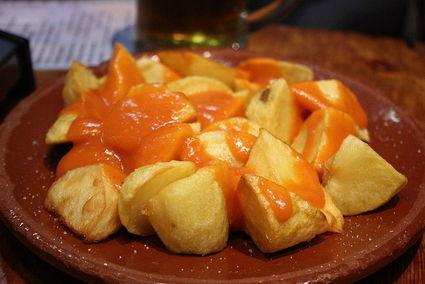 Patats bravas - ziemniaki w pikantnym sosie. Przekąska z hiszpańskich barów