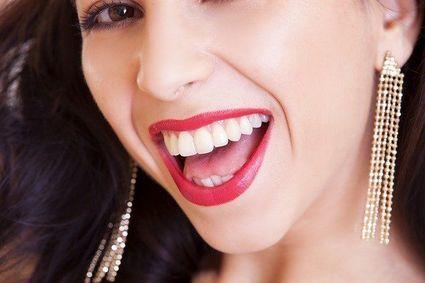 Białe zęby w trzy minuty. Składniki tej pasty masz pod ręką w kuchni