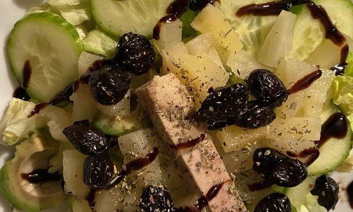 Sałata z ananasem, awokado i tuńczykiem