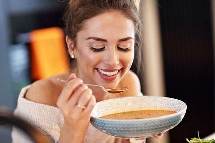 Pożywna zupa z chorizo i jarmużem