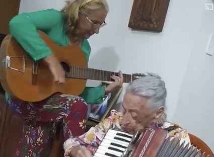 Grająca na akordeonie 90-latka z Brazylii podbija sieć