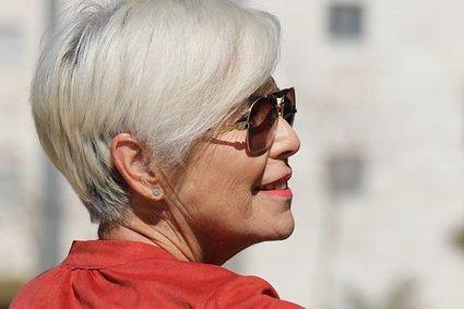 Jak wyglądać młodziej po menopauzie? Kilka przydatnych trików