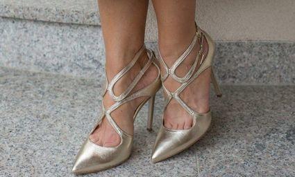 Nowy trend w modzie - złote buty na co dzień. Podpowiadamy, jak je nosić