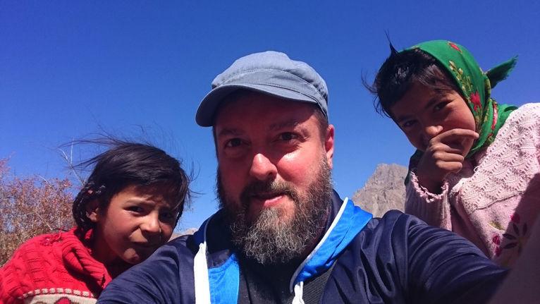 Dominik Maiński z dziećmi w Tadżykistanie