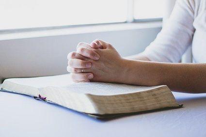 Klękać? Wstawać? Siedzieć? Jak modlić się podczas nabożeństw transmitowanych w telewizji lub online