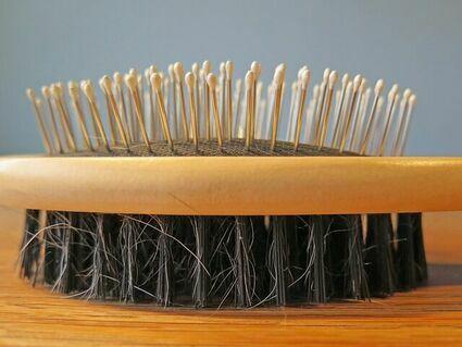 Pięć zaskakujących przyczyn wypadania włosów. Wśród nich jest COVID-19