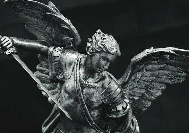 AKT POŚWIĘCENIA SIĘ MICHAŁOWI ARCHANIOŁOWI  O wielki Książę niebieski, najwierniejszy stróżu Kościoła, święty Michale Archaniele, oto ja, chociaż bardzo niegodny Twego oblicza, jednak ufając Twojej dobroci, powodowany potężnym wpływem Twoich modlitw i licznymi Twymi dobrodziejstwami, staję przed Tobą w towarzystwie mego anioła stróża i w obecności wszystkich aniołów niebieskich, których biorę za świadków mego nabożeństwa ku Tobie. Ciebie dziś obieram za swego szczególnego obrońcę i orędownika. Postanawiam sobie mocno czcić Cię zawsze. Bądź przy mnie przez całe życie moje, abym nigdy nie obraził Pana Boga myślą, słowem lub uczynkiem. Broń mnie przeciw wszystkim pokusom szatańskim, głównie atakującym wiarę i czystość, a w godzinę śmierci uproś pokój mej duszy i zaprowadź mnie do ojczyzny wiecznej. Amen