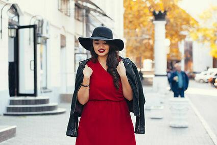 Sukienki plus size na jesień 2021 – jaką wybrać, żeby wyglądać modnie?