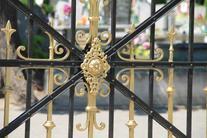 Nowa brama na cmentarzu