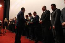 Grupa osób odbierających nagrody
