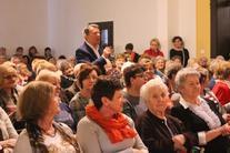 Kobiety na publiczności, mężczyzna z mikrofonem między nimi