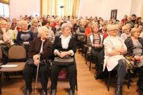 Grupa ludzi na publiczności