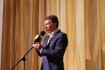 mężczyzna z mikrofonem