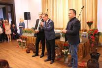 Trzech mężczyzn z mikrofonem
