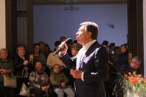Mężczyzna z mikrofonem, w tle publiczność
