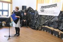 Scena: kobieta z mikrofonem