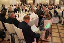 goście za stołami