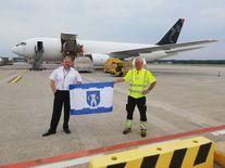 <p>Flaga Świebodzic w Mediolanie. Fot. Fot. zbiory prezesa Towarzystwa Lotniczego w Świebodzicach Grzegorza Glegoły</p>