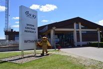 Maskotka Sowa przy tablicy Wodne Centrum Rekreacji