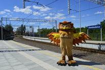 Maskotka Sowa na dworcu kolejowym