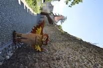 Maskotka Sowa przy murze