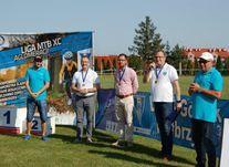 Rekordowy wyścig MTB XC Aglomeracji Wałbrzyskiej - uczestnicy przy podium