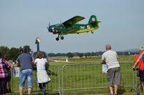 Lądujący samolot, uczestnicy pikniku