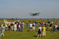 Lecący samolot, uczestnicy pikniku