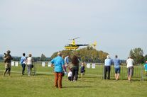 helikopter i uczestnicy pikniku