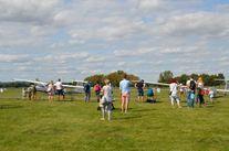 Uczestnicy pikniku obserwujący samoloty