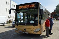 Dwóch mężczyzn stojących przy autobusie ZGK Świebodzice