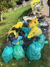 Duża sterta worków napełnionych śmieciami