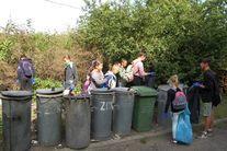 Uczestnicy biorący udział w akcji- przy kontenerach