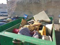 kontener pełen odpadów gabarytowych