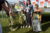 Dzieci przebrane w stroje z odpadów
