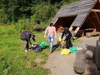 Uczestnicy biorący udział w akcji przy workach ze śmieciami