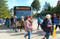Uczestnicy biorący udział w akcji, w tle autobus ZGK Świebodzice