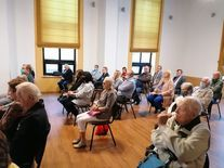 Spotkanie autorskie- przybyli goście siedzący na sali