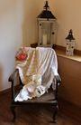Fotel obleczony koronką