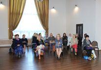 Uczestnicy spotkania siedzący w sali