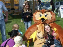 Zdjęcie sowy ŚWIEBODKA  z uczestnikiem imprezy