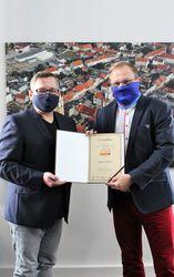 Burmistrz Miasta odbiera certyfikat Złotego Godła QI