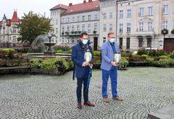 Na zdjęciu widać stojących obok siebie burmistrza i zastępcę