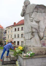 Burmistrz stawia znicz pod pomnikiem papieża