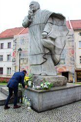 Zastępca burmistrza stawia znicz pod pomnikiem papieża