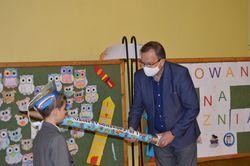 Burmistrz miasta podczas pasowania na ucznia