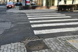 Zdjęcie nawierzchni z przejściem dla pieszych jezdni ulicy Aleje Lipowe przed remontem.